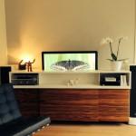 La télévision descend dans l'arrière du meuble par télécommande