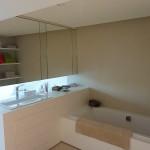 salle de bain en résine et meuble miroir suspendu